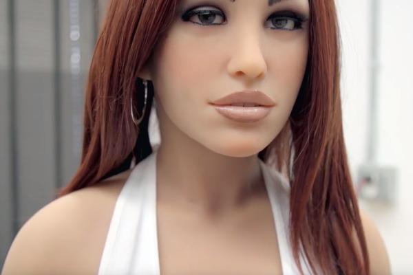 Amerikkalaisen Abyss Creationsin valmistama Real Doll. Kuvakaappaus The Guardianin videosta.