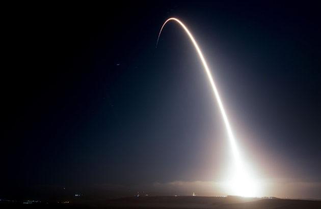 SpaceX-yhtiön Falcon 9 -raketin laukaisu jätti vanan Kalifornian taivaalle 9. lokakuuta 2017.