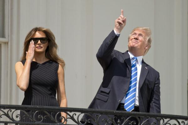 Melania ja Donald Trump seurasivat auringonpimennystä Valkoisen talon parvekkeelta Washingtonissa 21. elokuuta 2017.