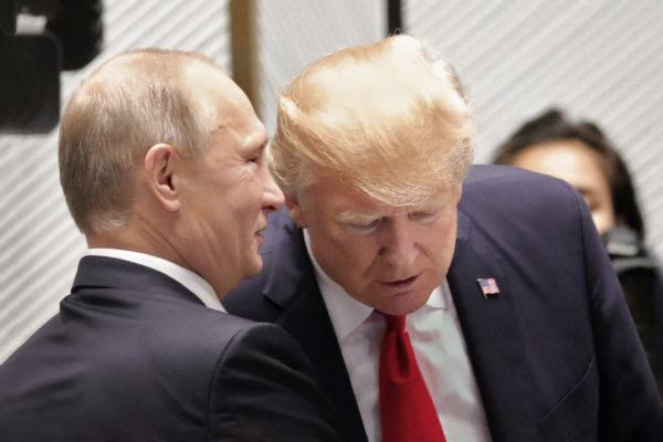 Donald Trump ja Vladimir Putin (vas.) Aasian ja Tyynenmeren maiden talousjärjestön Apecin huippukokouksessa 11. marraskuuta.
