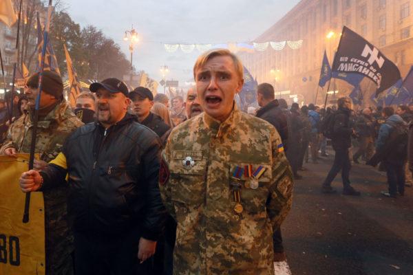 Isänmaan puolustajien päivän mielenosoittajia Kiovassa Ukrainassa 14. lokakuuta 2017.