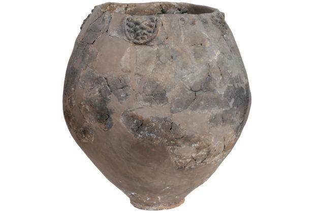 Neolittiinen ruukku, jossa on rypälekuvioita.