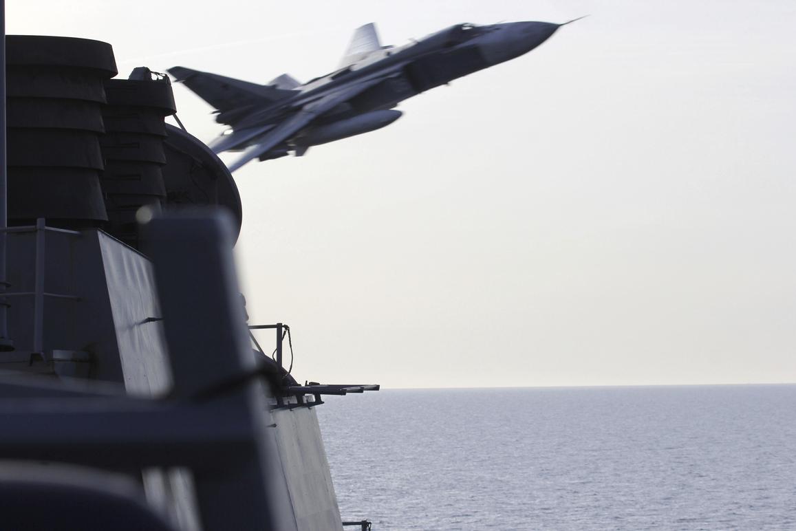 Venäjän sotilaskoneet lensivät läheltä amerikkalaista ohjushävittäjää Itämerellä huhtikuussa 2016.