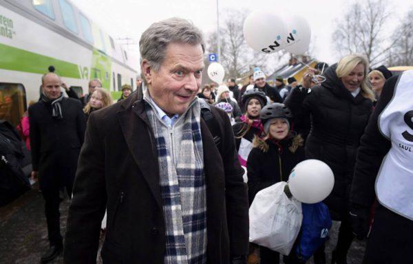 Presidentti ja presidenttiehdokas Sauli Niinistö tapasi kaupunkilaisia presidentinvaalikampanjamatkallaan Ylivieskassa lauantaina 9. joulukuuta 2017.