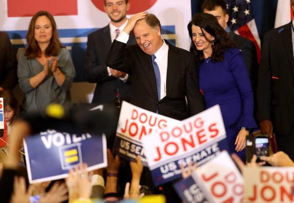 Alabaman tuleva senaattori Doug Jones juhlisti vaalivoittoaan Birminghamissa 12. joulukuuta 2017.