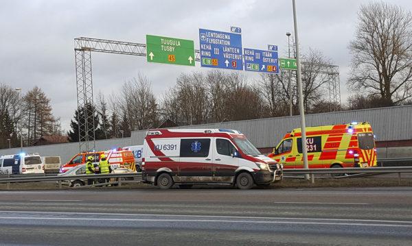 Ambulansseja onnettomuuspaikalla.
