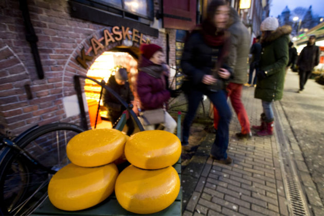 Juustokauppa ja sen asiakkaita Amsterdamissa Alankomaissa 8. joulukuuta 2017.
