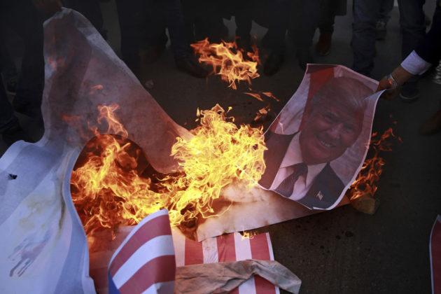 Mielenosoittajat polttivat Yhdysvaltain lippuja ja kuvia presidentti Donald Trumpista Gazassa 7. joulukuuta 2017.