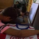 Ystäviä kuoliaaksi ammutun Kimberly Fonsecan arkun äärellä Hondurasin Tegucigalpassa 2. joulukuuta 2017.
