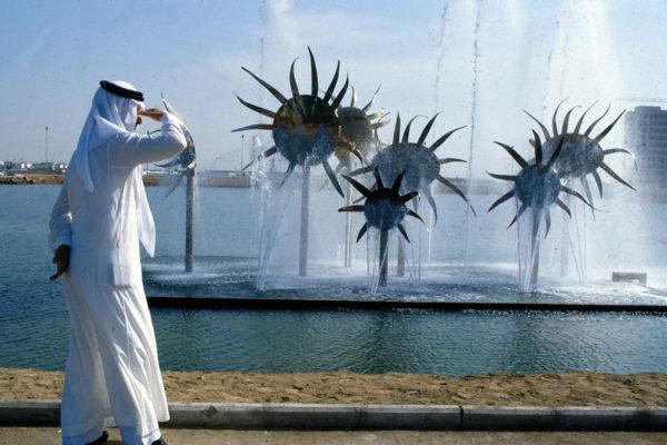 """Saudi-Arabian """"Suomi-koulua"""" suunnniteltiin myös Jeddaan, jossa on Eila Hiltusen Auringonkukka-suihkulähde."""