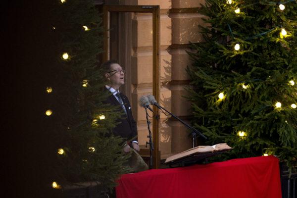 Turun kaupungin protokollapäällikkö Mika Akkanen julisti Joulurauhan Brinkkalan talon parvekkeelta jouluaattona 2016.