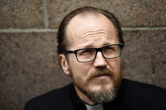 Pastori Kai Sadinmaa Helsingin hiippakunnan tuomiokapitulin edustalla Helsingissä 13. syyskuuta 2017.