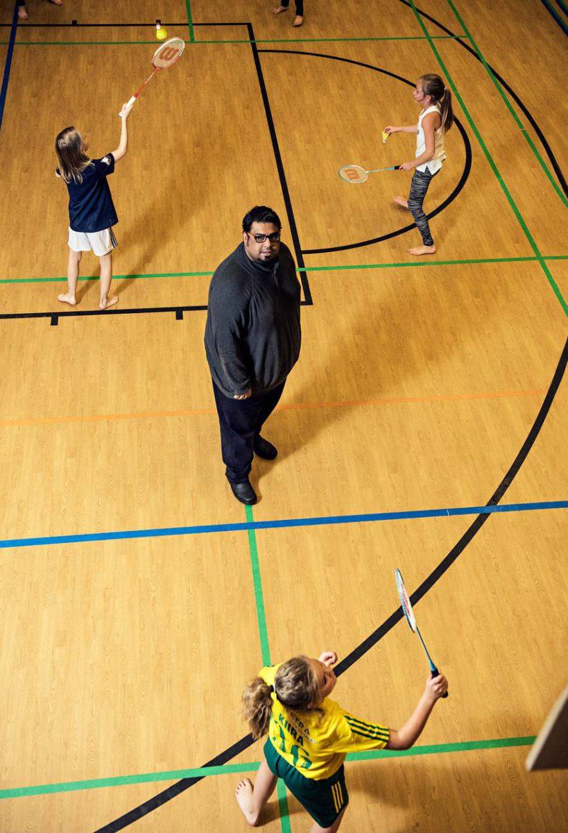 Buo Edrees seurasi marraskuussa sulkapalloa Tampereen Norssissa. Saudi-Arabiassa vain pojilla on liikuntaa. Kuva Konsta Leppänen