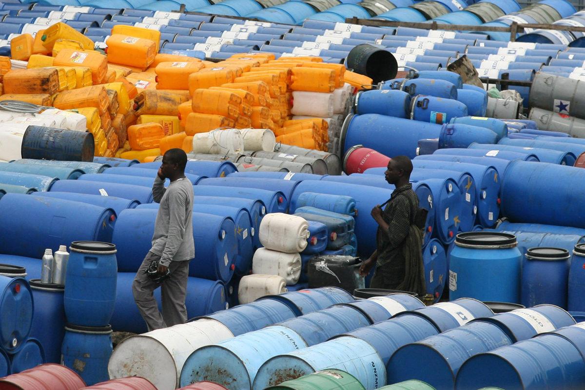 Öljytynnyreitä Nigerian Lagosissa. Arkistokuva.