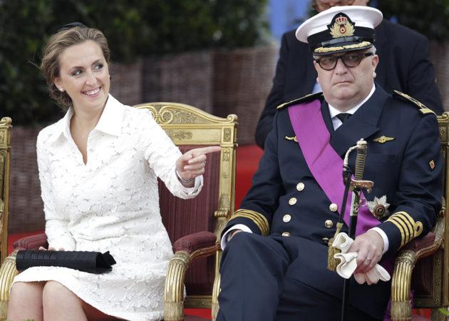 Belgian prinssi Laurent sekä hänen vaimonsa Claire seuraamassa sotilasparaatia Brysselissä 21. heinäkuuta 2014.