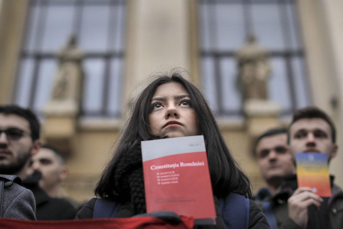 Romanialaiset oikeustieteen opiskelijat pitelivät perustuslakikirjoja hiljaisessa protestissa Bukarestissa 20. joulukuuta 2017.