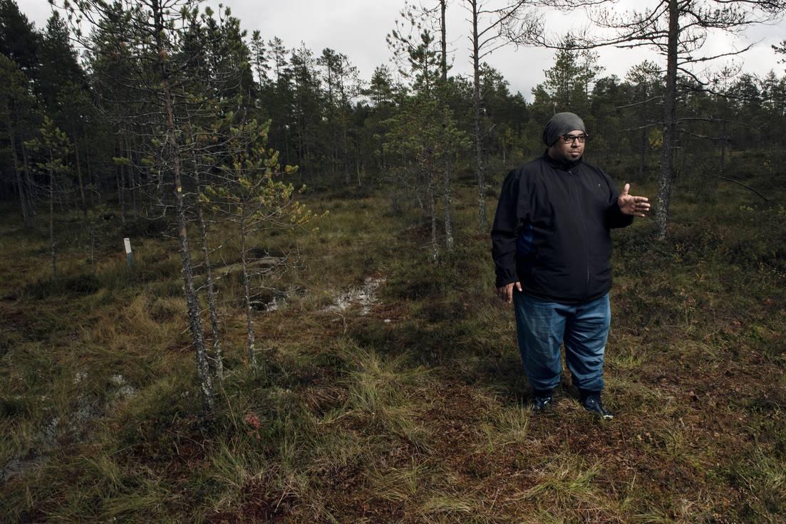 Biologianopettaja Raef Buo Edrees käveli syyskuussa suolla biologian maastotunnilla Juupajoen Hyytiälässä.