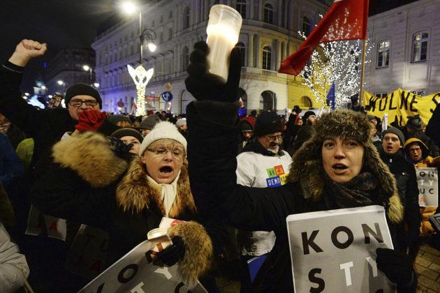 Mielenosoittajat vastustivat oikeuslaitoksen uudistusta Varsovassa 14. joulukuuta 2017.