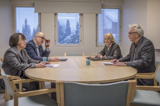 Valtiovarainministeriön asettaman selvitysryhmän jäsenet Liisa Talvitie, Antti Rantakokko ja Irma Nieminen sekä hallintojohtaja Esa Mäkinen Kittilän kunnantalolla 16. tammikuuta 2018.