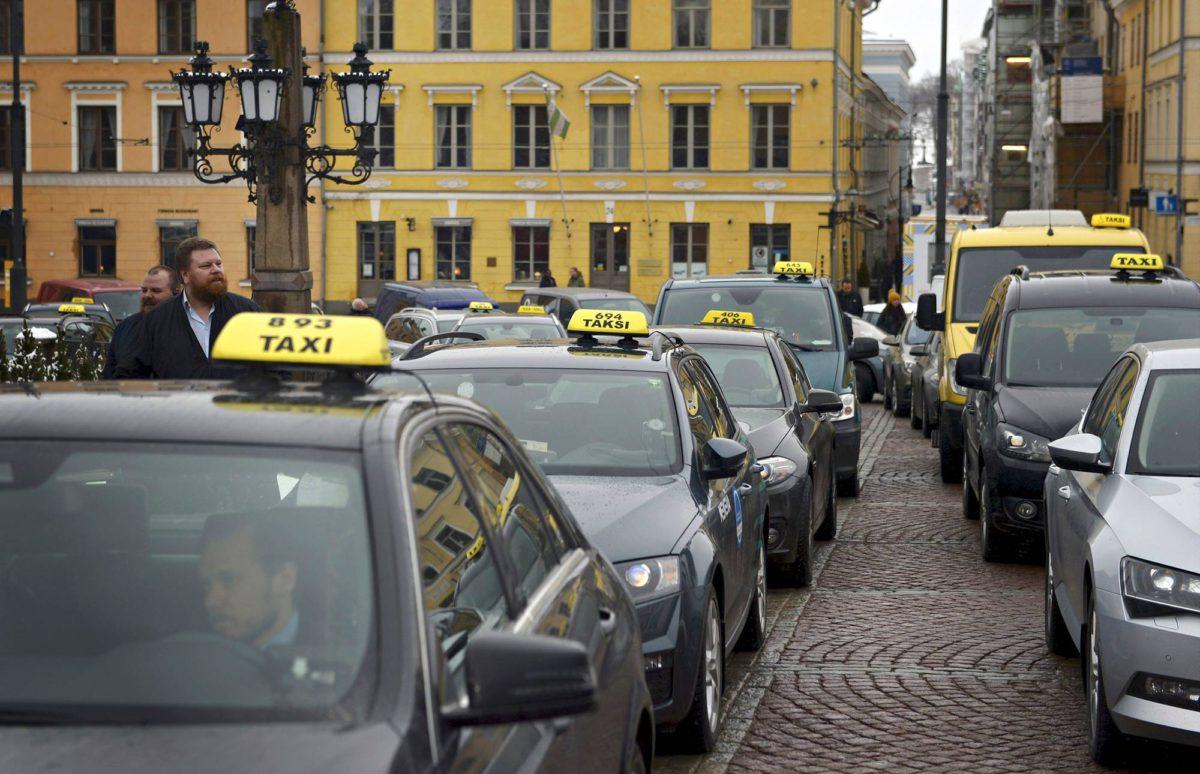 Taksinkuljettajat vastustivat uudistusta näyttävästi Helsingissä 31.3.2017.