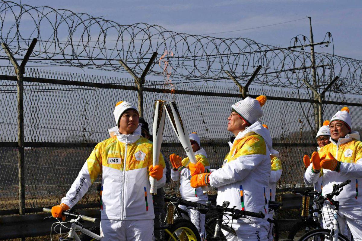 Olympiatuli matkalla kisapaikalle Koreoita erottavan demilitarisoidun vyöhykkeen rajalla.