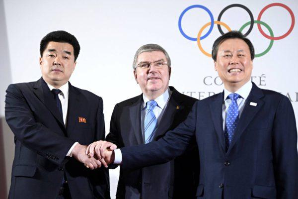 Sittenkin kisoihin. Kansainvälisen olympiakomitean puheenjohtaja Thomas Bach ja Pohjois- sekä Etelä-Korean urheiluministerit.