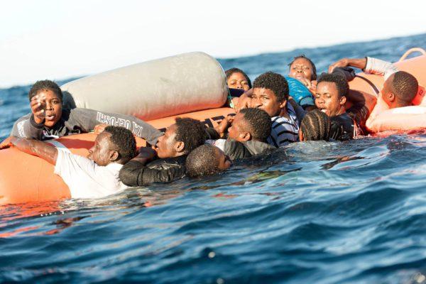 Afrikkalaismiehet pyrkivät Välimeren yli Italiaan 27. tammikuuta.