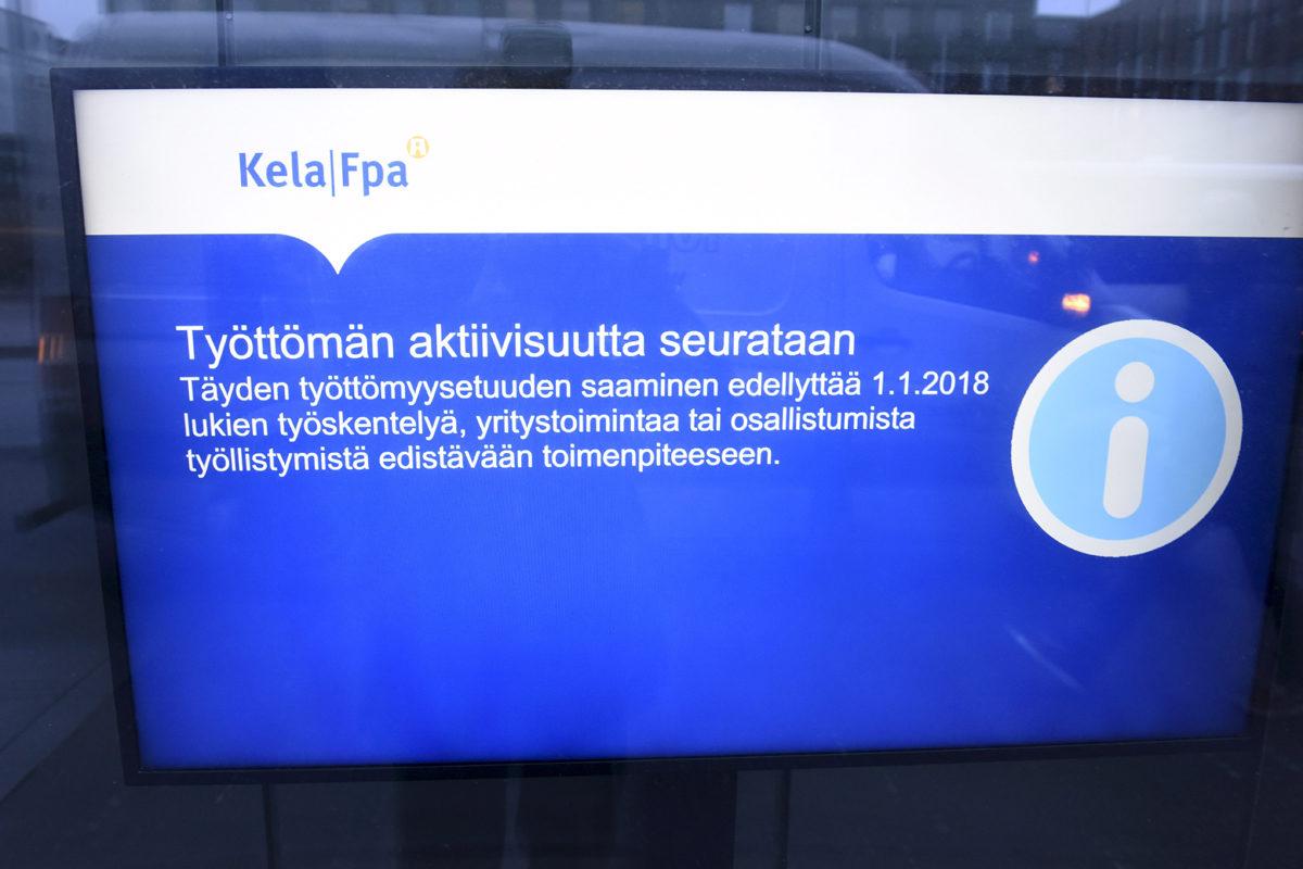 Työttömien aktiivisuuden seurannasta kertova tiedote Kelan toimipisteen ilmoitustaululla Helsingissä 2. tammikuuta 2018.