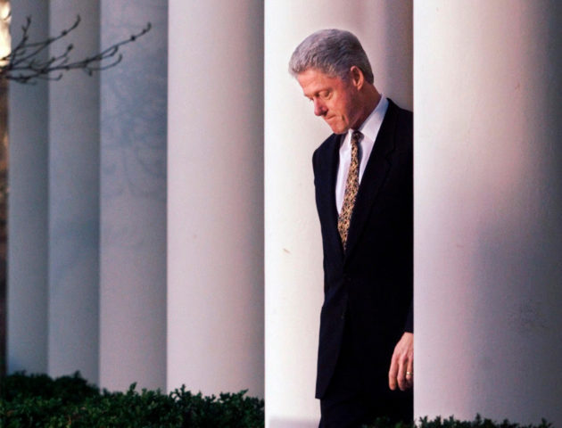 Bill Clinton matkalla antamaan lausuntoa virkasrikossyytteestään 12. huhtikuuta 1999.