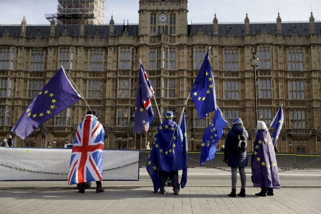 Britannian ja EU:n lippuja Britannian parlamentin edustalla Lontoossa 30. tammikuuta 2018.