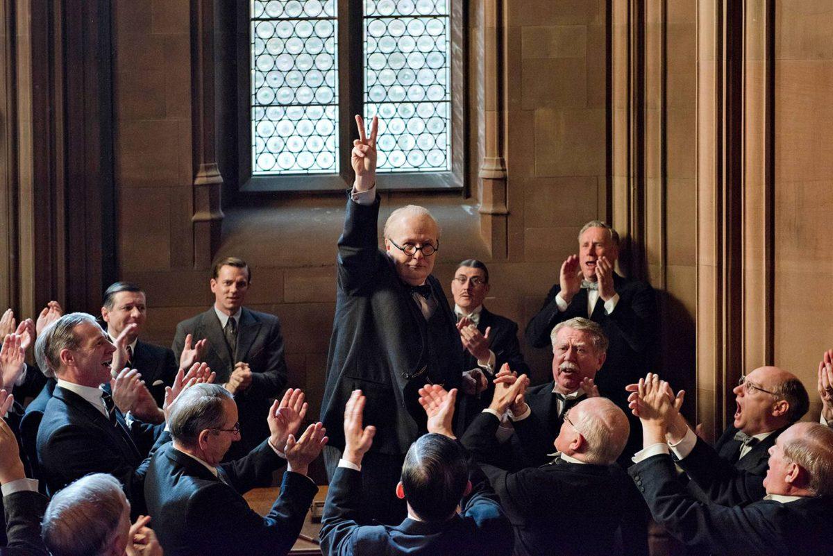 Winston Churchill (Gary Oldman) nostattaa henkeä.
