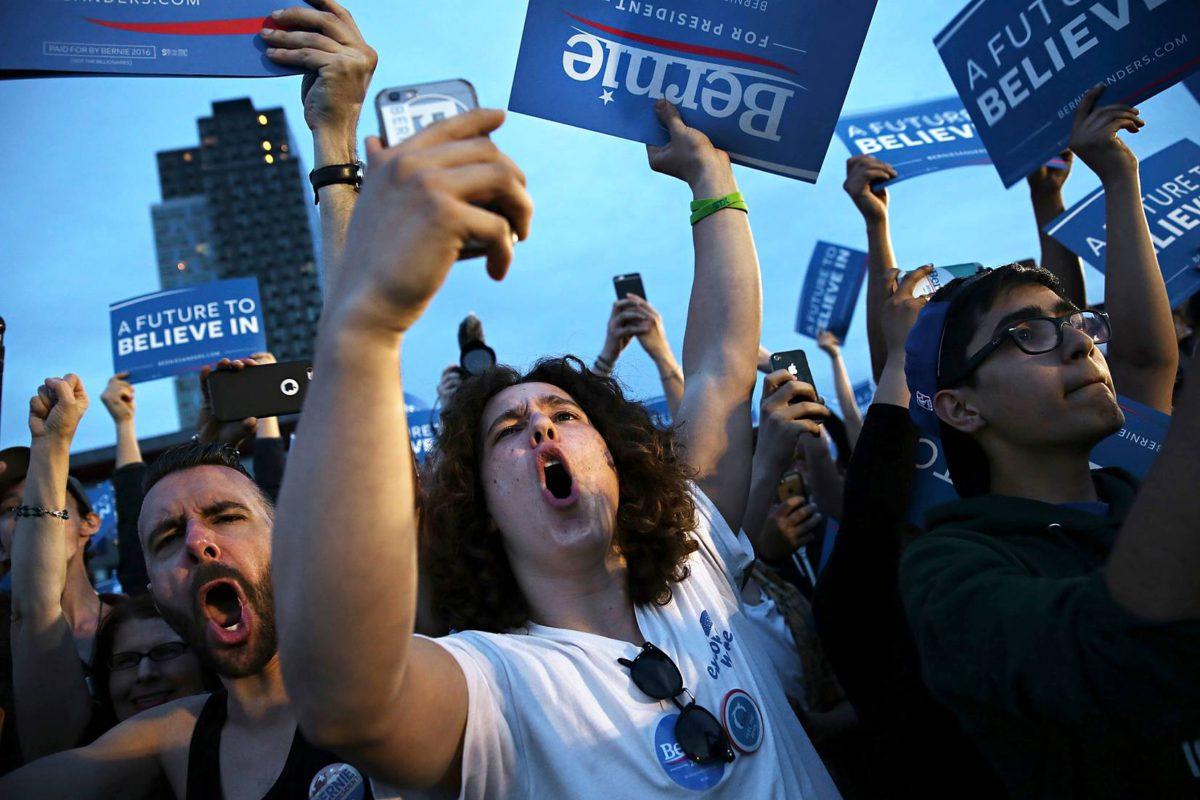 Bernie-hemmoja eli senaattori Bernie Sandersin kannattajia vaalitilaisuudessa New Yorkissa huhtikuussa 2016.