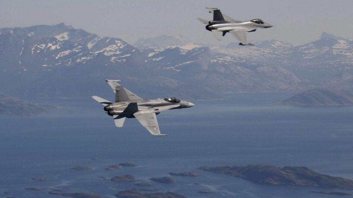 Suomen ilmavoimien F-18 Hornet ja Norjan ilmavoimien F-16 -hävittäjä yhteisharjoituksessa.
