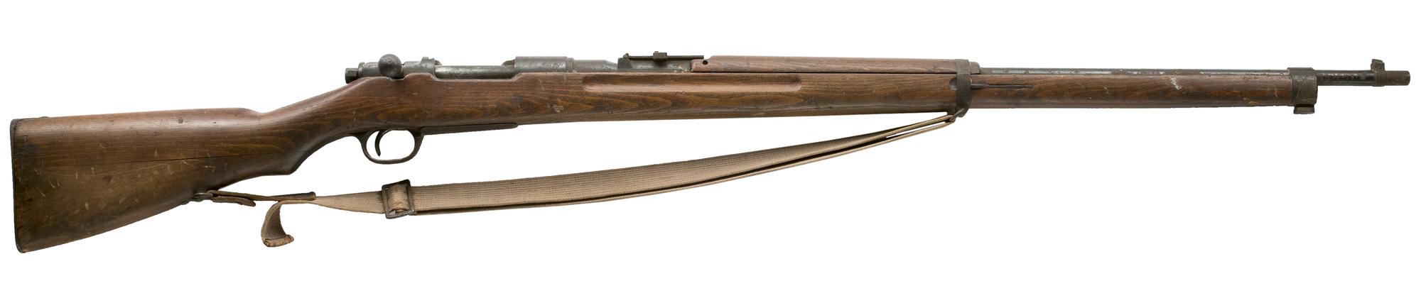 Arvo Pollari säilytti ensimmäisen maailmansodan aikaisen kiväärin.