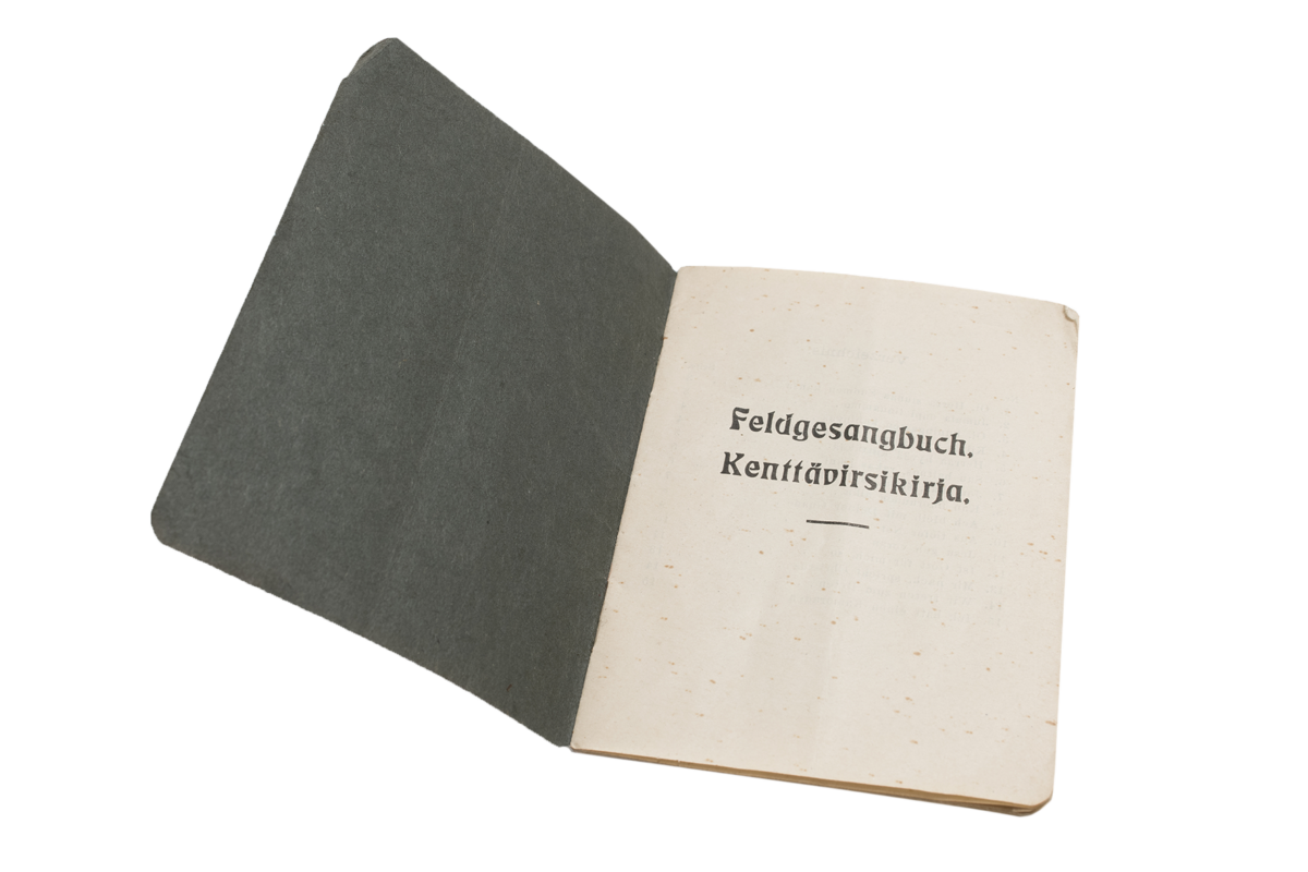 Kenttävirsikirja oli sekä suomeksi että saksaksi.