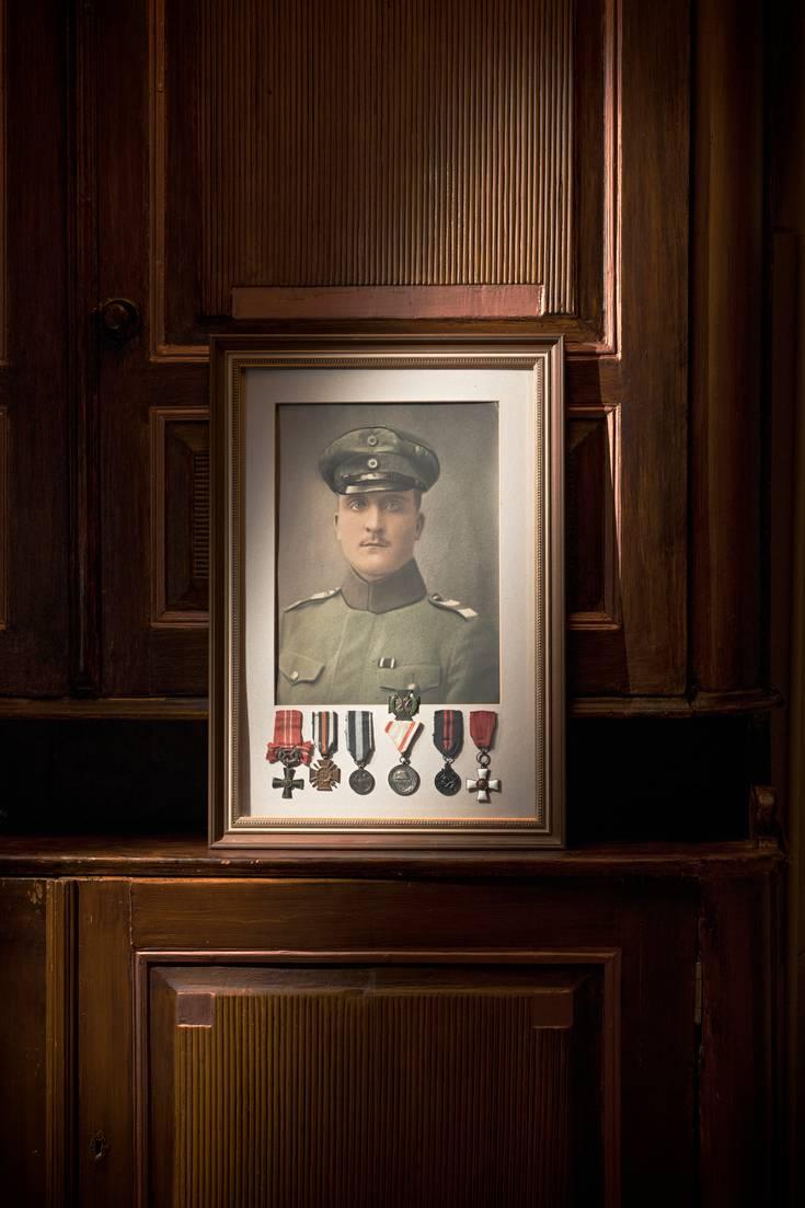 Arvo Pollarin muotokuvaan on kiinnitetty hänen kunniamerkkinsä.