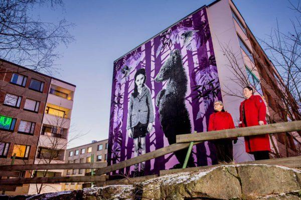 Hakunilalaiset Annaliisa Ohtonen ja Raili Salonen pitävät Hepokujan uudesta maamerkistä.
