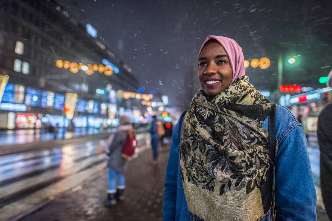Khadan Ahmed rohkaisee maahanmuuttajataustaisia nuoria opiskelemaan.