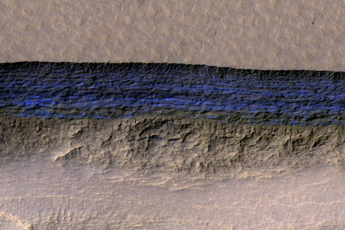 Nasan väritetyssä kuvassa näkyvät eroosion paljastamat maanalaiset jääkerrokset.