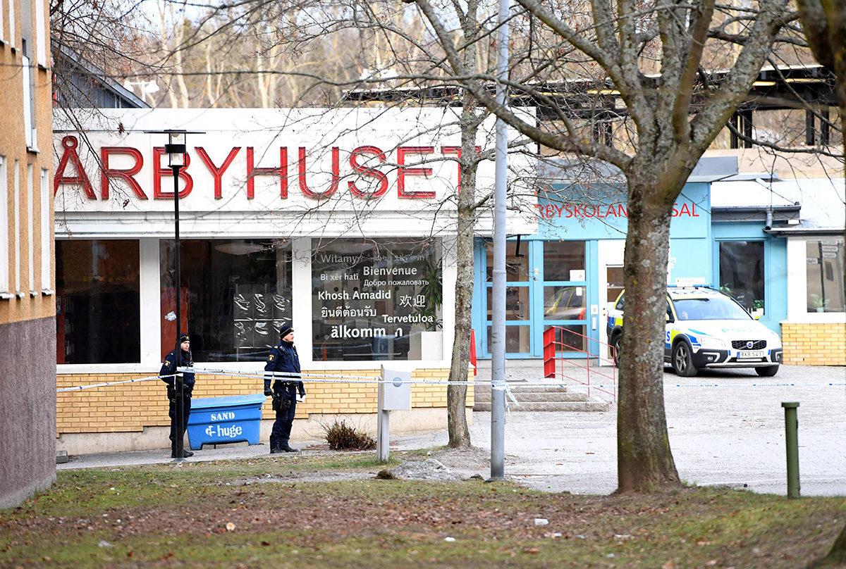Poliisi eristi Vårby Gårdin metroaseman ympäristön räjähdyksen jälkeen 7. tammikuuta 2018.