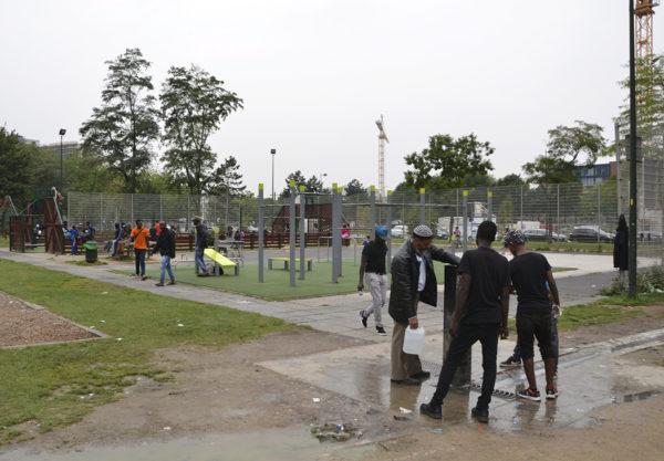 Siirtolaisia Maximilianin puistossa Brysselissä 30. elokuuta 2017.
