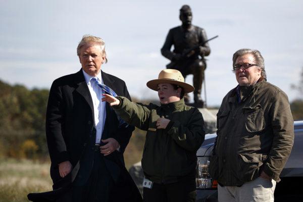 Lokakuussa 2016 Donald Trump (vas.) ja Steve Bannon mahtuivat vielä sopuisasti samaan kuvaan.