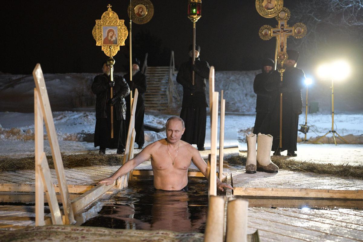 Venäjän presidentti Vladimir Putin puhdistautui perinteiden mukaan avannossa Svetlitsan kylässä, kun Venäjän ortodoksikirkko vietti loppiaista 19. tammikuuta 2018.