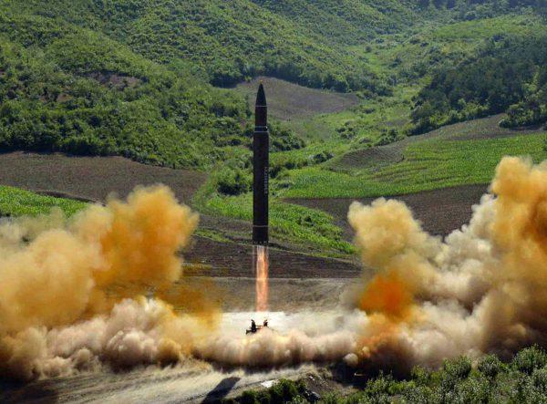"""Pohjois-Korean välittämä kuva mannertenvälisen ballistisen ohjuksen testauksesta 4. heinäkuuta 2017. <span class=""""typography__copyright"""">© KCNA VIA KNS / AP / LK</span>"""