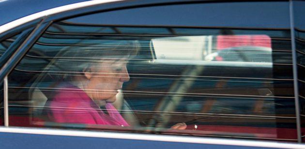 Liittokansleri Angela Merkel poistui CDU:n päämajasta vuorokauden kestäneiden hallitusneuvottelujen jälkeen 7. helmikuuta.