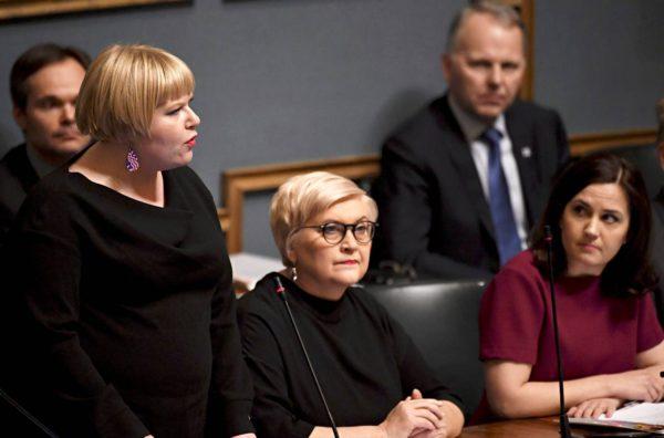 Ministerit Annika Saarikko (vas.) ja Sanni Grahn-Laasonen (oik.) riitautuivat perhevapaauudistuksesta.