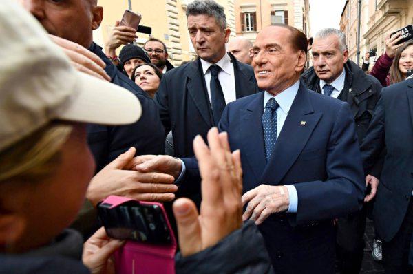 Silvio Berlusconi tervehti kannattajiaan Roomassa 21. helmikuuta.