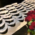 Ylioppilaslakkeja ja ruusuja.