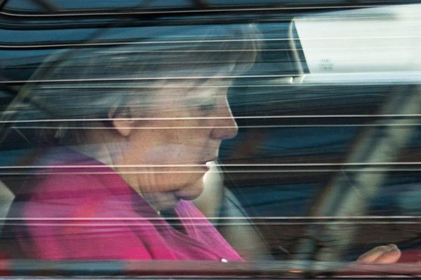 Liittokansleri Angela Merkel kotimatkalla lähes vuorokauden kestäneiden hallitusneuvottelujen jälkeen 7. helmikuuta.