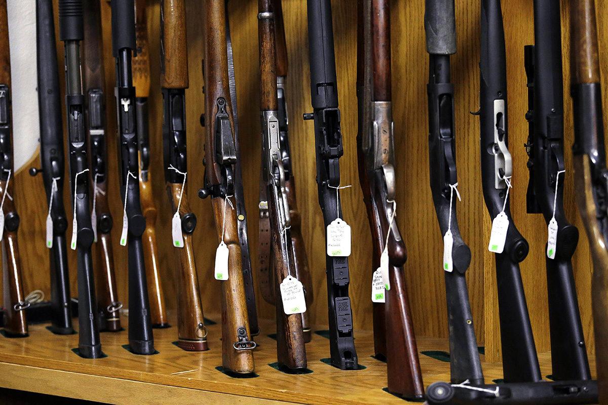 Huutokaupattavia kivääreitä Rochesterissa, Washingtonin osavaltiossa Yhdysvalloissa.